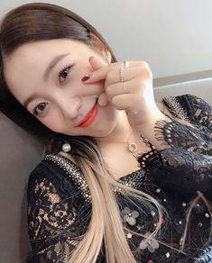 Yeri and Red Velvet Seulgi, Park Sooyoung, Kpop Girl Groups, Kpop Girls, Red Velvet Joy, Kim Yerim, Asian Girl, Pearl Earrings, Ig Post