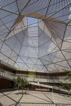 Image 2 of 41 from gallery of Pies Descalzos School / Giancarlo Mazzanti. Photograph by Sergio Gomez Public Architecture, Sustainable Architecture, Landscape Architecture, Landscape Design, Beautiful Architecture, Architecture Details, Giancarlo Mazzanti, Atrium Design, Building Skin