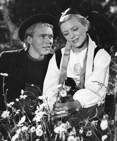 Koivulan Janne (Kauko Helovirta) ja hänen mielitiettynsä, Pouttulan Katri (Hilkka Helinä).