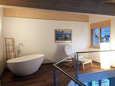 Jetzt wird es gemütlich! Passend zu den Temperaturen draußen lädt diese Badezimmer doch besonders zu einem wärmenden Bad ein, oder?   #badewanne #badezimmer #badeinrichtung #badausstattung #freistehend #bathtub #bathroom #bädermax #mineralguss #badezeit #bathroomdesign #bathroominspiration #bathrooms #interiordesign #homeinspo #homestyling #freistehendebadewanne #freistehende_badewanne