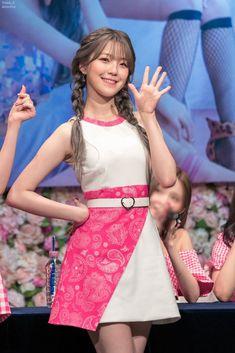 South Korean Girls, Korean Girl Groups, Grunge Girl, Beautiful Asian Girls, Pretty Girls, Bun Hairstyles, Pop Group, Asian Beauty, Korean Fashion