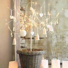 albero design - ramo cesta campanelle palline bianche