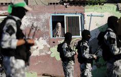 Μία γυναίκα παρακολουθεί μέλη της ταξιαρχίας Ezz Al-Din Al Qassam, μίας ένοπλης πτέρυγας της Χαμάς, κατά τη διάρκεια παρέλασης τους στις 10 Σεπτεμβρίου στη λωρίδα της Γάζας. Κατανόηση για τις ταλαιπωρίες των αποκλεισμένων Παλαιστίνιων, αλλά αν το κράτος που θέλουν να φτιάξουν προορίζει τις γυναίκες σ' αυτό τον ρόλο, φαντάζει δύσκολο να διατηρήσουν τη συμπάθεια που απολαμβάνουν σε πολλές μη μουσουλμανικές χώρες.