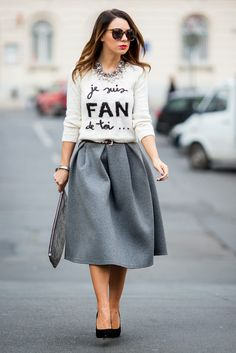Full skirt, a chic sweater and pumps for a girly retro look.
