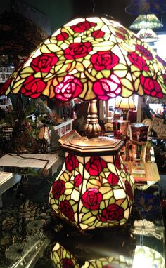 "Tiffany Tischlampe ""Red Roses"" Lamps, Lighting, Home Decor, Atelier, Tiffany Table Lamps, Handmade, Lightbulbs, Decoration Home, Room Decor"