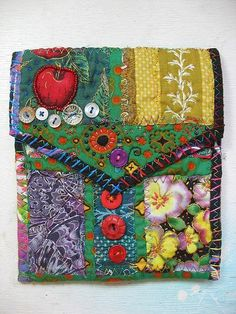 Teesha Moore Style Bag, Simplified by craftylittlemonkey, detailed tutorial on easy adding more fabrics Crazy Patchwork, Patchwork Bags, Quilted Bag, Fabric Purses, Fabric Bags, Fabric Basket, Quilting Projects, Sewing Projects, Fabric Crafts