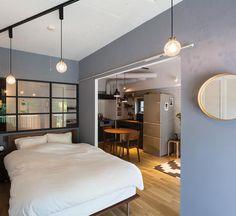 グレーの塗装で、落ち着きある印象のベッドルーム。大きな室内窓を取り付けることで、採光と抜け感が楽しめるようになっています。 反対側は窓になっているので、太陽の光をたっぷりと浴びて、気持ちよく朝を迎えられそうです。 . ▶︎詳しくは @renoveru のプロフィールから、施工事例「室内すべてで楽しむ、光と風と緑。」をチェック! . #リノベる #リノベーション #リノベ #リノベ部 #リノベーションマンション #リノベーションライフ #中古リノベ #施工事例 #住まい #家づくり #暮らし #インテリア #マイホーム #おうち #renovation #instahome #bedroom #寝室 #寝室インテリア #寝室照明 #室内窓 #グレーの壁 #モノトーンインテリア #くつろぎ空間 #リラックスタイム #朝時間