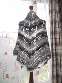 Dreieckstücher - DREIECKSTUCH-STOLA-HALSTUCH SCHURWOLLE GEHÄKELT - ein Designerstück von Strickmode bei DaWanda