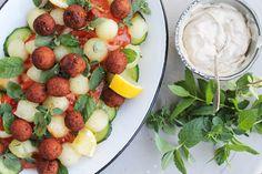 Salat med melon og falafel