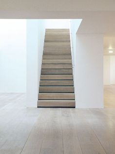 Raw Wood Staircase Ultra minimal oak staircase in a London home by John Pawson. Photo via Dinesen floors. Contemporary Stairs, Modern Stairs, Wood Staircase, Staircase Design, Staircases, Oak Stairs, John Pawson, Architecture Design, Ancient Architecture