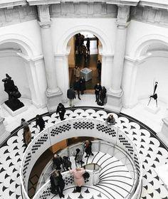 Escadas que se destacam. Esta fica no Tate Modern em Londres um dos maiores museus de arte contemporânea que foi inaugurado em 2000 e fica à beira do Tâmisa. @OlhardeMahel @davide.pastorino #tatemodern #museu #escada #escadaria #arquiteturadeinteriores #arquitetura #design #londres #olhardemahel #fpolhares #stairs #staircase #architecture #interiorarchitecture #ladder #museum #tatemuseum #london http://ift.tt/2nlnS5M