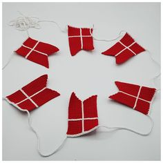 Gratis opskrift på hæklet flag ranke - Rito.dk Some Beautiful Images, Hanging Ornaments, Chrochet, Christmas Home, Paper Cutting, Free Crochet, Christmas Stockings, Crochet Patterns, Sewing