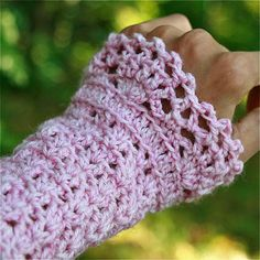 I wish I knew how to crochet.Crochet Wrist Warmers with Lace Edging - PDF PATTERN Ruffle Crochet Edging, Crochet Edging Patterns, Crochet Motifs, Crochet Mittens, Crochet Gloves, Knit Or Crochet, Crochet Scarves, Crochet Crafts, Easy Crochet