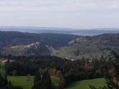 vue sur le chateau de Joux et en face sur le fort Malher ( à l'abandon )
