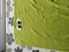 Tuto Gloups – Bricabag : mon bric à bagues Petite Section, Album, Crafts, Red Fabric, Fabric Scraps, Monsters, Manualidades, Handmade Crafts, Kid Activities