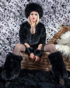 new dresses women 2020 Furry Boots, Thick Girl Fashion, Fur Accessories, Fur Blanket, Elegantes Outfit, Sexy Boots, Fur Fashion, Girly Outfits, Winter Sweaters
