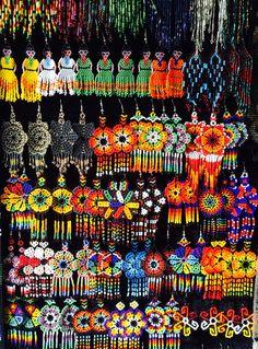 Aretes elaborados por huicholes. Chapala, México.