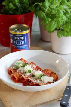 """Het lekkerste recept voor """"Paccheri met tomaat en mozzarella"""" vind je bij njam! Ontdek nu meer dan duizenden smakelijke njam!-recepten voor alledaags kookplezier!"""