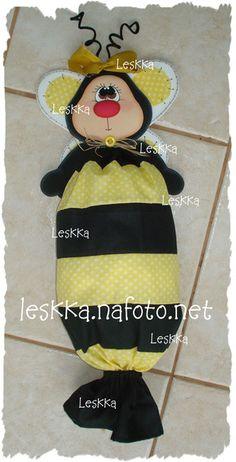 Puxa saco de abelhinha em tecido e eva. R$42,00