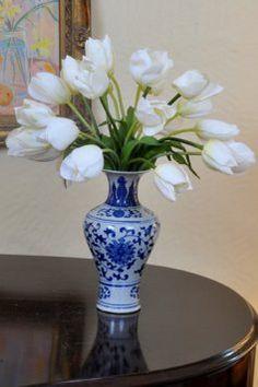 Tulips in vase Purple Vase, Blue And White Vase, Tulips In Vase, Flower Vases, White Flowers, Beautiful Flowers, Blue Pottery, Blue China, White Decor