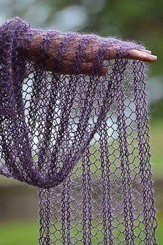 Enkelt spetsmönster - lägg upp 24 maskor (eller annat antal delbart med 4). Sticka 2 varv räta. Spetsmönster: 4 räta m, (omslag, sticka 2 m tillsammans, 2 räta maskor) upprepa inom ( ) 5 gånger. Upprepa spetsmönstret tills du har önskad längd på sjalen. Avsluta med 1 varv räta maskor. Sickor 6 mm, rekommenderat garn - Debbie Bliss Rialto Lace: http://www.stickabooden.se/