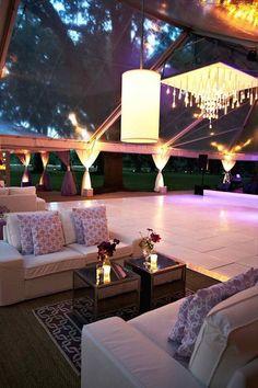 Una boda en una plantación privada en Charleston. Con sofas que invitan al reposo y luego a seguir bailando.