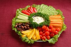Salad vegetable plate with chips – Dinner Recipes Veggie Plate, Veggie Tray, Vegetable Salad, Party Food Buffet, Party Food Platters, Veggie Snacks, Veggie Recipes, Veggie Food, Dinner Recipes