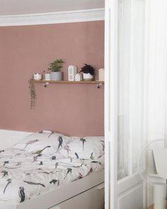 chambre mur de couleur rose étagère verrière blanche voilage la loutre scandinave - blog clemaroundthecorner Deco Surf, Murs Roses, Cool Hair Color, Decoration, Floating Nightstand, Bed, Room, Furniture, Home Decor