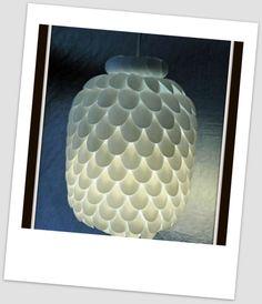lampa z plastikowych łyżeczek