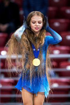 Figure skating photos and Kim Yuna, Skater Look, Brave Kids, Ice Show, Ice Girls, Gymnastics Pictures, Ice Skating Dresses, Ice Skaters, Skater Girls