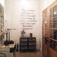 22 Farm-Tastic Decorating Ideas Inspired by HGTV Host Joanna Gaines: Even if country chic isn't the first phrase you'd use to describe your decor taste, we're guessing you've sat spellbound through at least one episode of HGTV's Fixer Upper. Modern Country, Country Farmhouse Decor, Farmhouse Chic, French Country Decorating, Country Chic, Modern Family, Farmhouse Cabinets, Country Homes, Farmhouse Signs