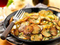 Découvrez la recette Pommes de terre sarladaise sur cuisineactuelle.fr. Potato Dishes, Potato Recipes, Veggie Recipes, Vegetarian Recipes, Cooking Recipes, 20 Min, No Cook Meals, Food Inspiration, Side Dishes