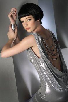 Brunetka w pięknie odsłaniającej plecy małej srebrnej i krótkie włosy...