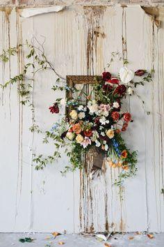 frame and flowers wedding backdrop // http://www.deerpearlflowers.com/vintage-frames-wedding-decor-ideas/