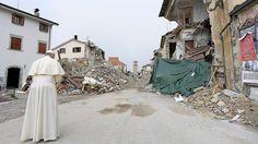 Папа Франциск посещает разрушенный землетрясением город Аматриче - РИА Новости