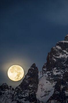Full Moon Setting on Grand Teton, Wyoming, by Scott Rinckenberger, on 500px. (Trimming)