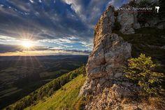 Najkrajší vrchol a dominanta Strážovských vrchov. Z dediny Horná Poruba je oficiálny čas len hodina a pol vzdialenosť 1 km preto je tento krásny pohľad naozaj bez väčších problémov dostupný. Krásne foto od Outdoor Adventures!