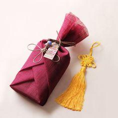 지백 복 민화자수 띠종이 (10개) Japanese Gift Wrapping, Japanese Gifts, Creative Gift Wrapping, Craft Gifts, Diy Gifts, Creative Gifts For Girlfriend, Gift Wrapping Techniques, Furoshiki Wrapping, Gift Wraping