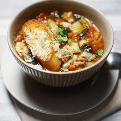 Ribollita – toskańska zupa chlebowa z pomidorami i fasolą