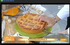 La paniera di Pasqua Utilizziamo il pane raffermo, che spesso ci troviamo in casa, lo tagliamo a pezzettoni, lo mettiamo in un tegame con il latte e giriamo fino ad una consistenza cremosa, aggiungiamo ricotta e scorzette di arancio. Se manca il latte possiamo usare l'acqua. Per questo dolce si spende semplicemente 2 euro.