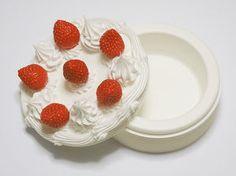 「シンプルなケーキね…」ぱかっ「結婚しよう」--指輪も入れられる、クリスマスにぴったりのケーキ型ギフトボックス