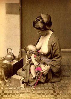 Mère japonaise allaitant son bébé Circa 1870 - 1880 Collection Tom Burnett