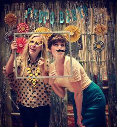 Un photocall muy festivo, ¡me encanta el fondo! / A festive photocall, love the backdrop!