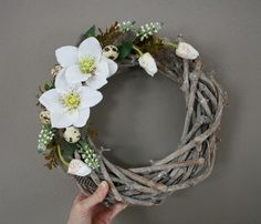 Věneček s čemeřicemi a modřenci / Zboží prodejce jircice   Fler.cz Grapevine Wreath, Grape Vines, Farmer, Floral Arrangements, Bloom, Wreaths, Art Floral, Spring, Creative