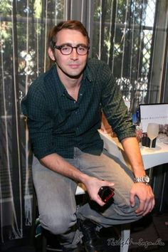 He's cute with glasses ^-^ Lee Pace