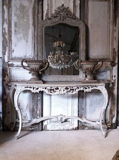 coppia di vasi in ghisa su console francese patinata