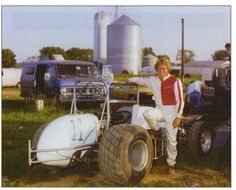 Steve Kinser poses with Karl Kinser's during his first season in the car, Sprint Car Racing, Dirt Track Racing, Outlaw Racing, Famous Pictures, Old Race Cars, Vintage Race Car, Formula 1, Nascar, Old School