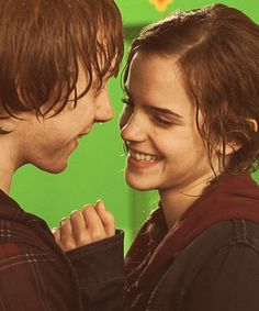 Harry Potter - Behind the scenes of the Ron and Hermione kiss. Hogwarts, Slytherin, Harry James Potter, Hermione Granger, Dr Who, Fantasia Harry Potter, Fans D'harry Potter, Desenhos Harry Potter, Rupert Grint