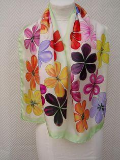 b9967a2becc Echarpe multicolore en pongée de soie peint à la main. Fleur Multicolore