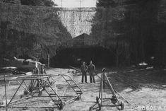 """Pose der Sieger: Halle und Fertigungsstraße im Waldwerk """"Kuno 1"""" bei Leipheim, aufgenommen von US-Soldaten im April 1945. Eine genaue Zuordnung zu bestimmten Waldwerken ist nicht immer möglich, da die Bilder zum Teil erst Jahre später ausgewertet und katalogisiert wurden."""